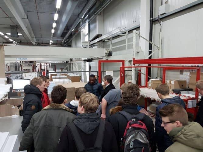 """Tischlerklassen besichtigen Firma """"Express Küchen"""" in Melle"""
