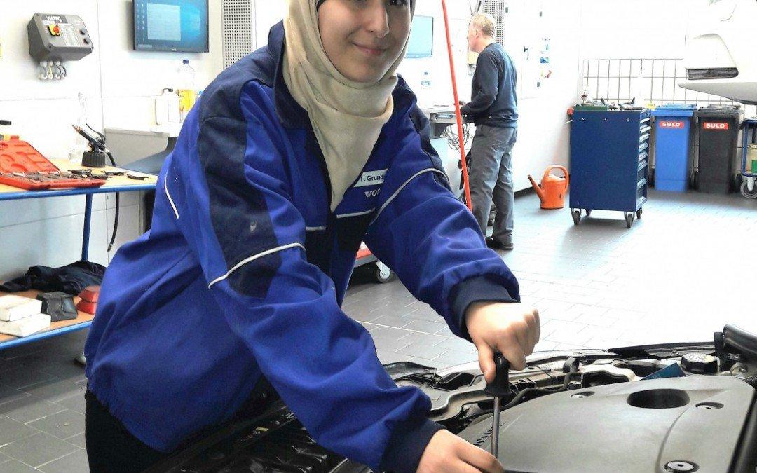 An Autos schrauben statt Mathe pauken – BEK-Lernende absolvieren zweites Betriebspraktikum