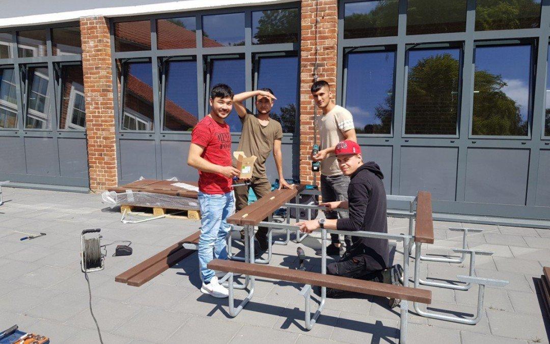 AKS-Schüler bauen Sitzbänke und Tische für Grundschule in Dinklage