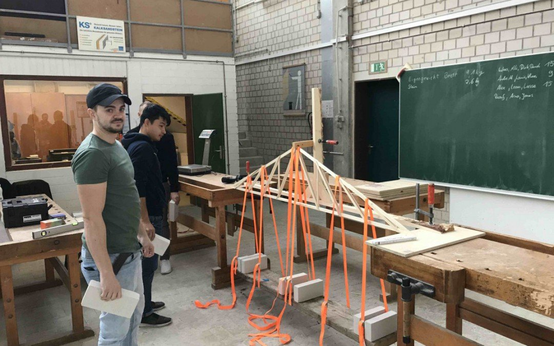 """""""Einer geht noch"""" – Zimmerer testen Belastbarkeit von Dachkonstruktion mit Kalksandsteinen"""