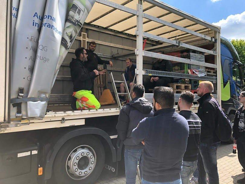 Berufskraftfahrer erhalten Schulung zur Ladungssicherung