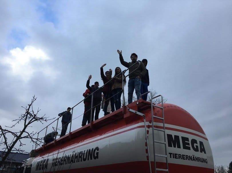 Ausbildungsgefährt zum Anfassen: BEK- und BVJ-Schüler dürfen Lkw der Firma MEGA begutachten