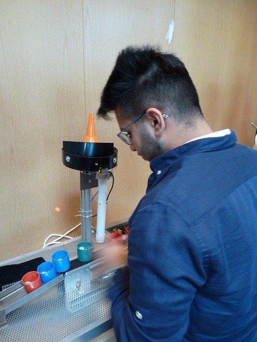 Praxisnaher Unterricht: Gymnasiasten entwickeln Becherauffüllanlage