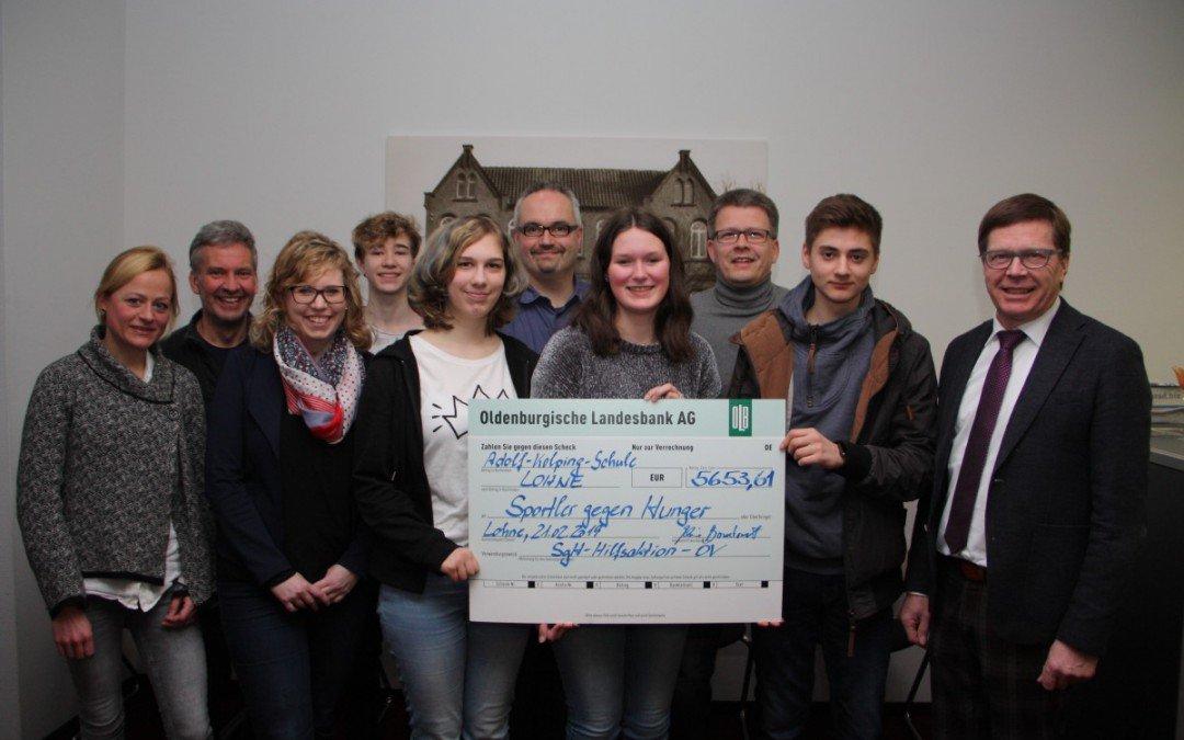 """""""Eine Schule für eine Schule"""" – AKS übergibt SgH-Spendenscheck"""