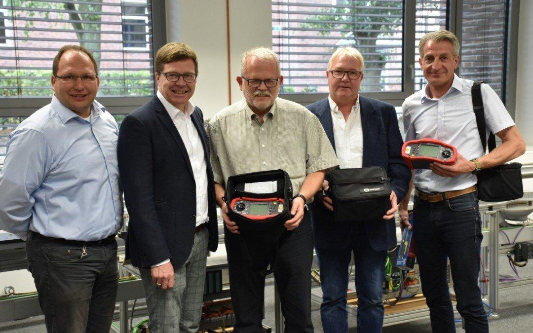 Neue Messgeräte für Elektroabteilung der AKS – Vechtaer Innung übergibt Equipment für E-Check