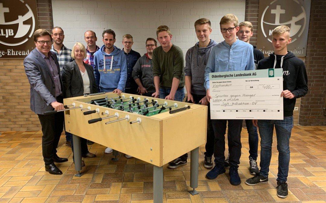 Gelungene Kooperation: Lohner Realschüler bauen Kickertisch an der Adolf-Kolping-Schule für Landjungend Kroge