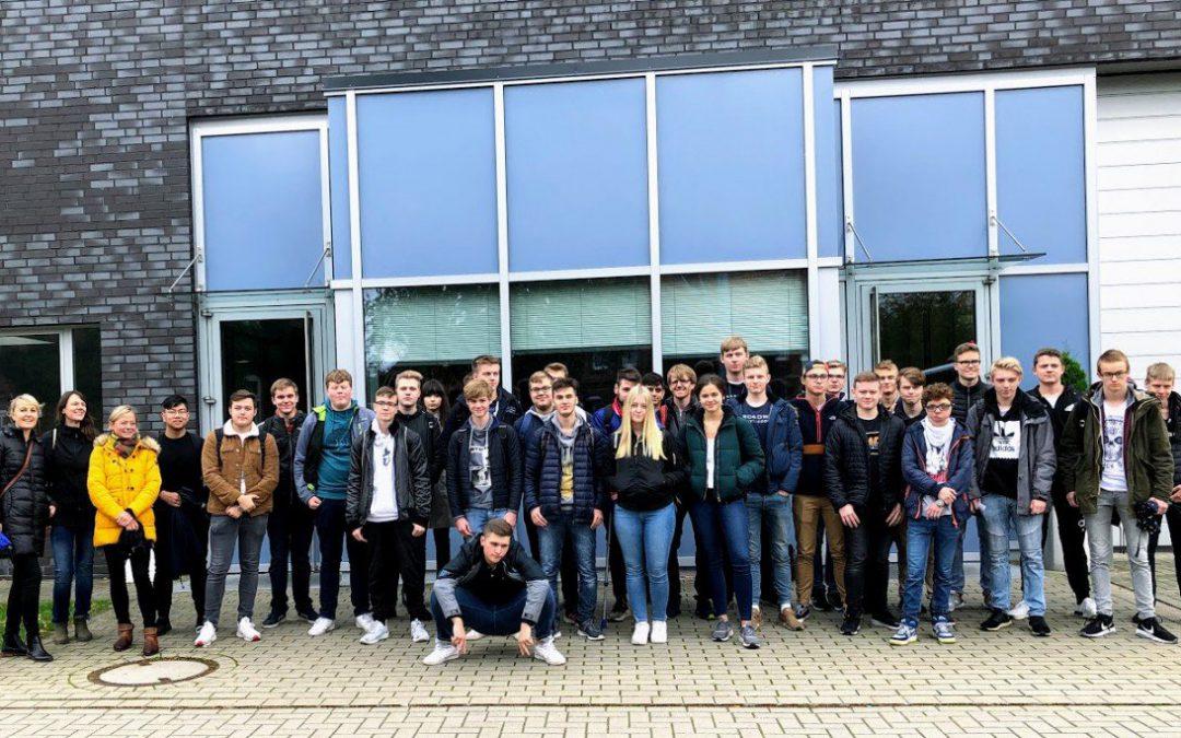 Häftlinge führen Elftklässler durch Anne-Frank-Wanderausstellung in der JVA Vechta