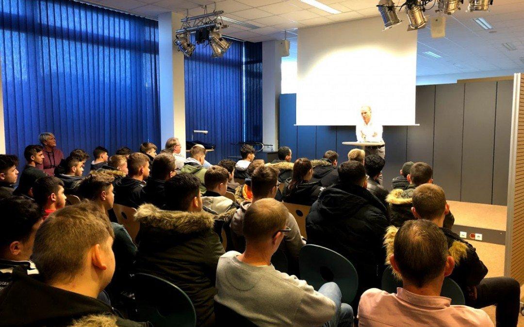 Cyber-Mobbing und Gewaltprävention: Ulrich Suhr klärt Berufseinstiegsschüler auf