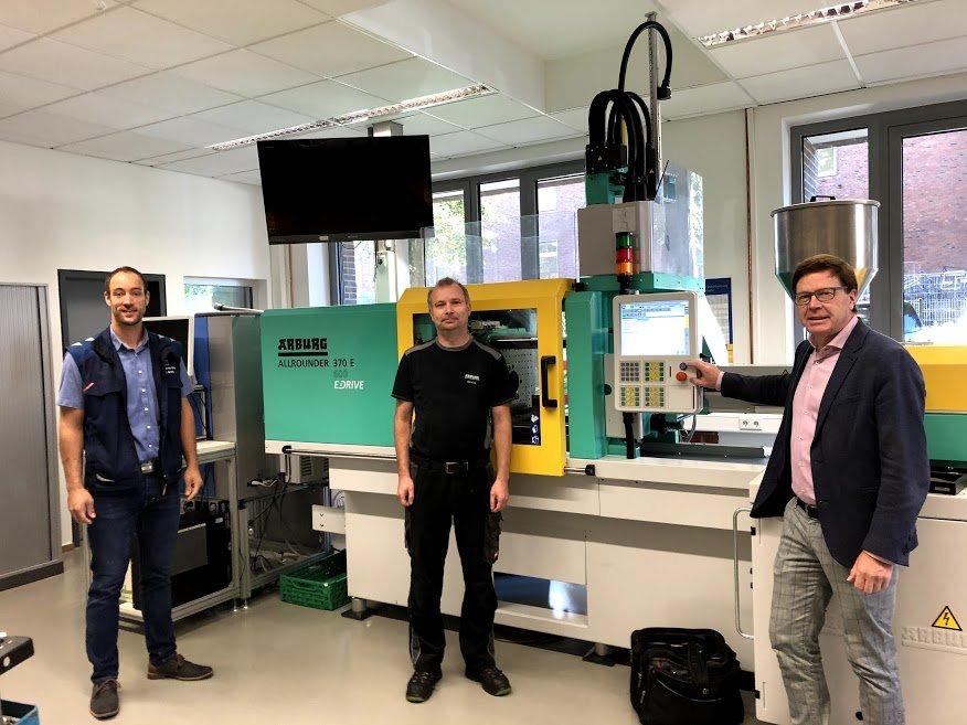 AKS erhält neue Spritzgießmaschine von der Firma ARBURG