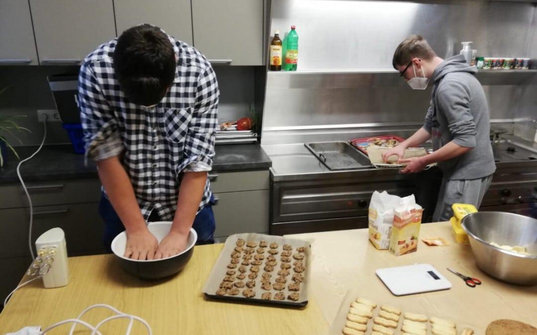 Alternative zum Betriebspraktikum: Lernende der Klasse BES2C backen Kekse für Senioren