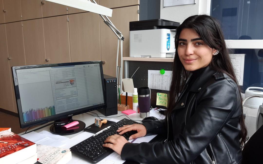 Neue Jugendbuch-Bibliothek der AKS – Dank des ehrenamtlichen Einsatzes von Schülerin Shirin Otman sind bald alle Ausleihtitel in der Bibliothekssoftware erfasst