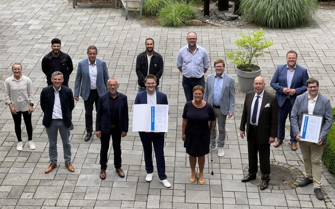 Jannes Kröger gewinnt Günter-Schwank-Preis als einer der besten Verfahrensmechaniker für Kunststoff- und Kautschuktechnik